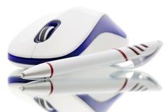 Kugelschreiber- und Computermaus Lizenzfreies Stockbild