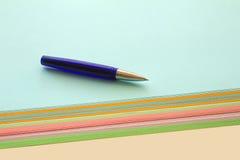 Kugelschreiber und farbige Papiere Stockbild