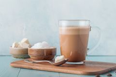 Kugelsicherer Kaffee, gemischt mit organischer Butter und MCT-Kokosnuss lizenzfreie stockfotos
