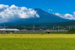 Kugelzug, Eilreise Shinkansen unter Mt Fuji in Japan Stockfoto