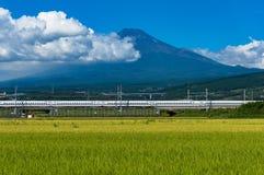 Kugelzug, Shinkansen-Reise unter dem Fujisan in Japan Stockfotografie