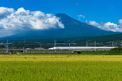 Kugelzug, Shinkansen-Reise unter Mt Fuji in Japan Lizenzfreie Stockfotos