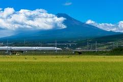 Kugelzug, Shinkansen-Reise unter Mt Fuji in Japan Stockfoto