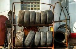 Kuggar av gamla gummihjul Arkivfoto