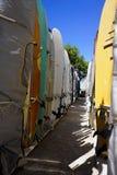 Kuggar av surfingbrädor på den Waikiki stranden arkivbilder