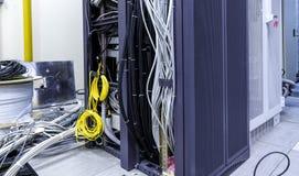 Kuggar med serveror, datorutrustning och förband vridning och att rulla ihop av internettrådar royaltyfria bilder