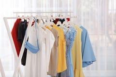 Kuggar med stilfull kläder i rum royaltyfri bild