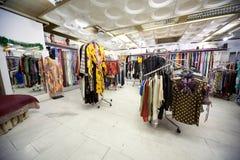 kuggar s för kläderlagladyen shoppar wear Arkivbild