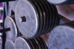 Kugge av fria viktplattor på en yrkesmässig idrottshall Arkivbilder