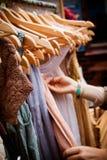 Kugge av klänningar på marknaden Royaltyfri Foto