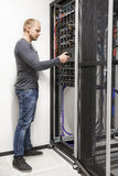 Kugge för nätverk för IT-teknikerbyggnad i datacenter Royaltyfri Bild