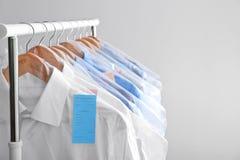 Kugge med rengöringkläder på hängare, når att ha kemtvättat arkivbilder