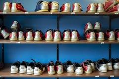 Kugge med skor för att bowla av olika format arkivfoto