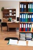 Kuggen med färgpappersmappar är i ett tomt kontorsrum, inget arkivfoton