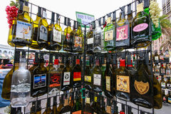Kuggen med populär alkohol för tom plan souvenir dricker flaskor Royaltyfria Bilder
