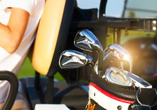 Kugghjul för yrkesmässig golf på golfbanan på solnedgången Arkivfoton