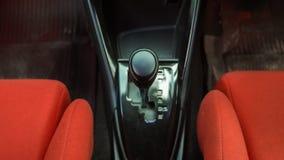 Kugghjul i neutralt funktionsläge i Toyota Yaris Ecocar Royaltyfria Bilder