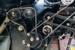 Kugghjul med chain drev, block med drevbälten Industriell mekanisk bakgrund Arkivbild