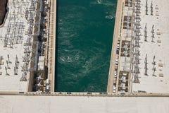 Kugghjul och Coloradofloden för dammsugarefördämning hydroelektriskt arkivfoto