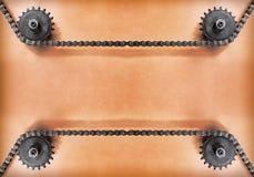 Kugghjul och dubbel kedja på grungebakgrund med tomt utrymme Royaltyfri Foto