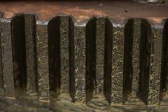Kugghjul på träbakgrund, maskindelar eller reservdelar, branschbakgrund, gammalt kugghjul eller skadat kugghjul från hårt arbete Arkivbild