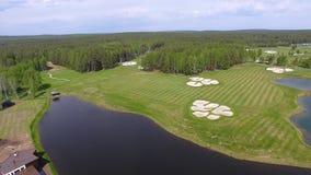 1 4 kugghjul Uppsättning av längd i fot räknat med flyg- sikt på golfbana med ursnygg gräsplan och dammet arkivfilmer