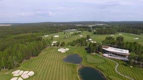 1 4 kugghjul Uppsättning av längd i fot räknat med golfbanan på en solig dag, en utmärkt golfklubb med damm och grönt gräs, sikt  stock video