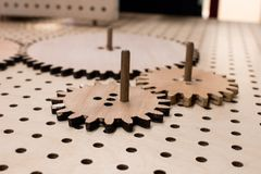 Kugghjulhjul av träkugghjul på en församlad toge för perforerad tabell royaltyfria bilder