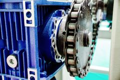 Kugghjulhjulet avmaskar kugghjulet Mekanisk chain överföring arkivfoton