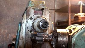 Kugghjultillverkning på maskinen arkivfilmer