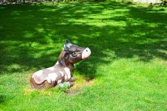 Kuh auf dem Rasen Stockfoto