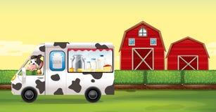 Kuh, die Milch-LKW auf dem Bauernhof fährt stock abbildung