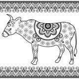 Kuh mit Grenzelementen in ethnischer mehndi Art Vektorschwarzweißabbildung lokalisiert auf weißem Hintergrund Stockbild