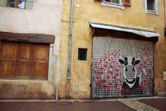 Kuh-Straßen-Kunst in Annecy, Frankreich lizenzfreie stockbilder