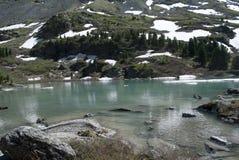Kuiguk bergsjö, Altai republik arkivfoto