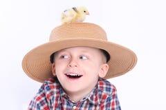 Kuiken op hoed royalty-vrije stock fotografie