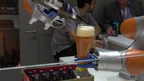 Kuka-Roboter bewaffnet strömendes Bier auf Messe-Messe in Hannover, Deutschland stock video footage