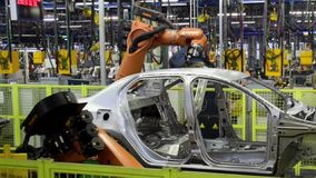 Kuka-Roboter-Schweißungsauto auf Fördererlinie stock video footage