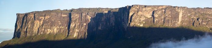 Kukenan tepui或罗赖马山有云彩和蓝天的, Venezue 免版税库存图片