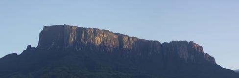 Kukenan tepui或罗赖马山有蓝天的早晨 Ven 库存图片