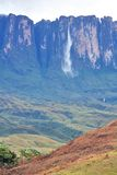 Kukenan tepuy with Kukenan waterfall. (610 m) in Venezuela Royalty Free Stock Photography