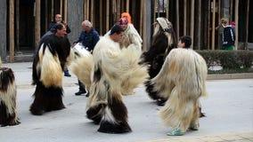 Kukeri - фестиваль masquerade в Rakovski, Болгарии сток-видео