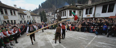 Kukeri dans Shiroka Laka, Bulgarie Photo libre de droits