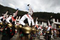 Kukeri dans Shiroka Laka, Bulgarie Images stock