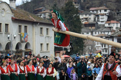 Kukeri dans Shiroka Laka, Bulgarie Photographie stock libre de droits