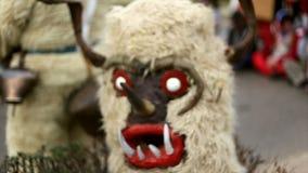 Kukeri - festival di travestimento in Rakovski, Bulgaria video d archivio