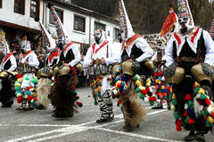 Kukeri i Shiroka Laka, Bulgarien royaltyfria bilder