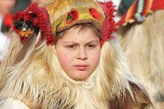 Kukeri, mummers executa rituais com os trajes e os sinos grandes, espírito maus pretendidos do susto afastado durante o festival  Imagens de Stock Royalty Free