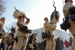 Kukeri, mummers executa rituais com os trajes e os sinos grandes, espírito maus pretendidos do susto afastado durante o festival  Foto de Stock