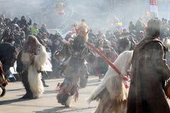 Kukeri, mummers executa rituais com os trajes e os sinos grandes, espírito maus pretendidos do susto afastado durante o festival  Fotos de Stock Royalty Free